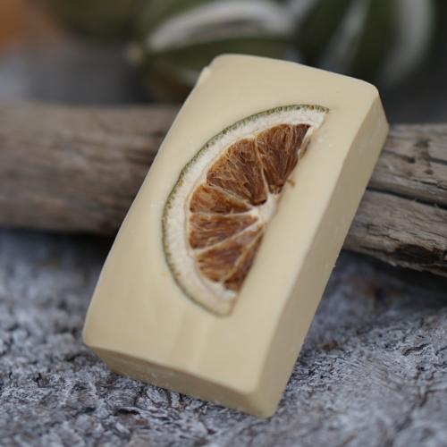 Zitronengras-Minze-Rechteck mit einer getrockneten Zitronenscheibe