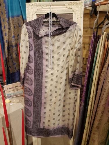 Seidenkleid in Creme mit violetter Bordüre