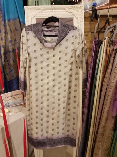 Seidenkleid in Creme mit violettem Muster