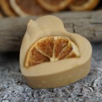 Orangen-Zimt-Herz mit einer getrockneten Orangenscheibe