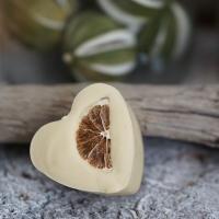 Zitronengras-Minze-Herz mit einer getrockneten Zitronenscheibe