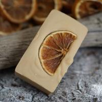 Orangen-Zimt-Rechteck mit einer getrockneten Orangenscheibe