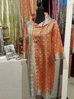 Seidenkleid in Orange mit dekorativer Bordüre